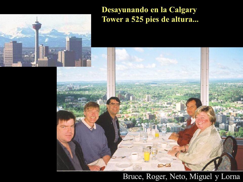 Desayunando en la Calgary Tower a 525 pies de altura...