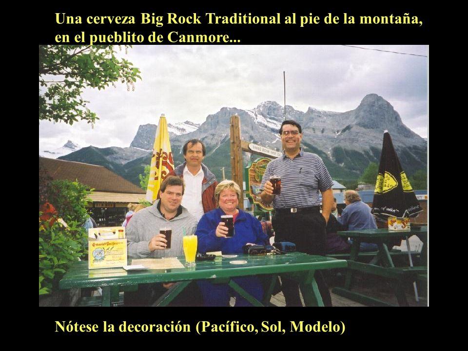 Una cerveza Big Rock Traditional al pie de la montaña, en el pueblito de Canmore...