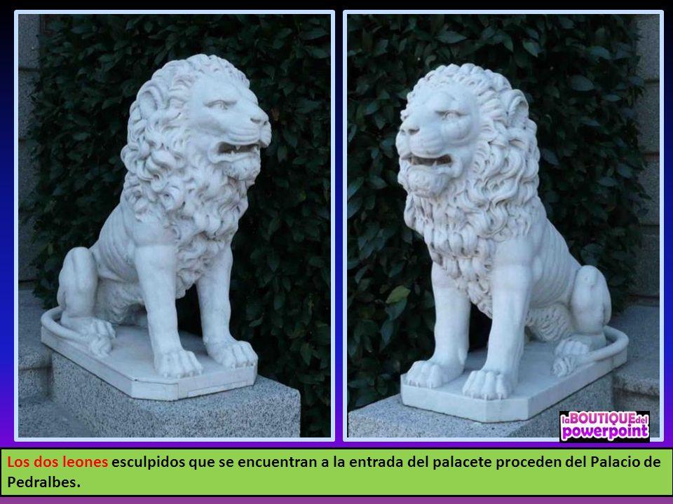 Los dos leones esculpidos que se encuentran a la entrada del palacete proceden del Palacio de Pedralbes.