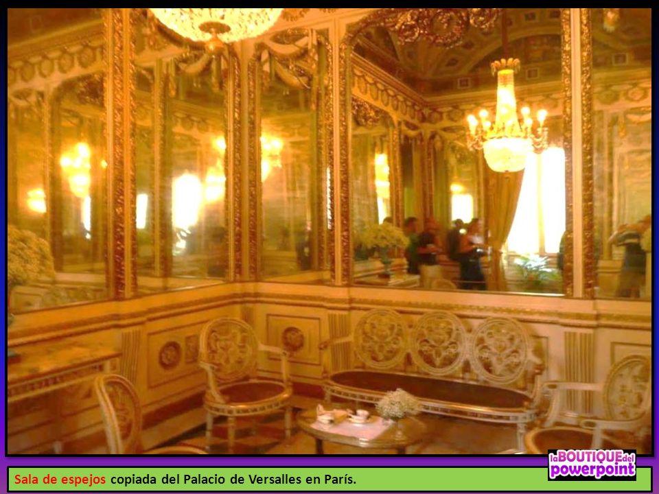 Sala de espejos copiada del Palacio de Versalles en París.