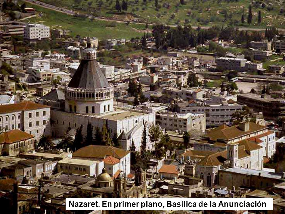 Nazaret. En primer plano, Basílica de la Anunciación