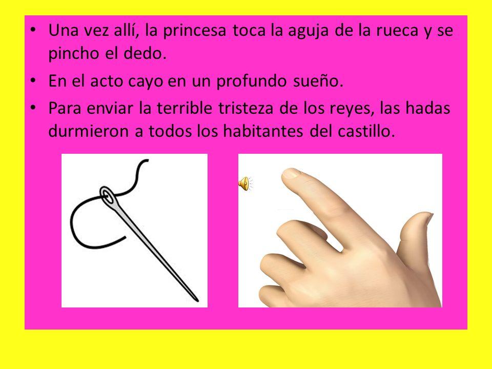Una vez allí, la princesa toca la aguja de la rueca y se pincho el dedo.