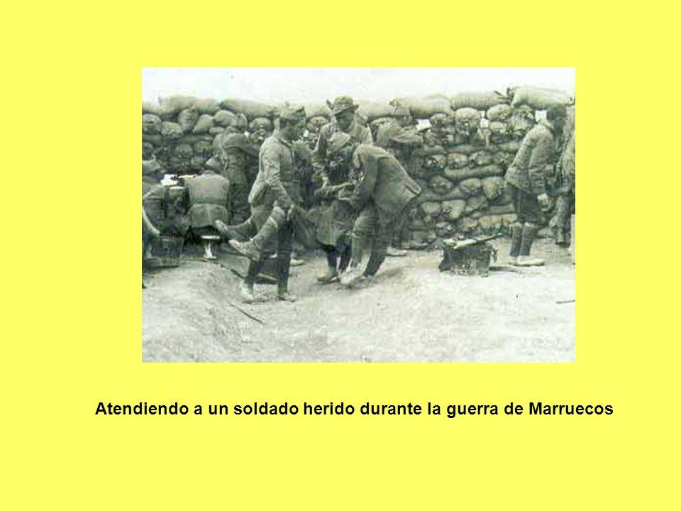 Atendiendo a un soldado herido durante la guerra de Marruecos