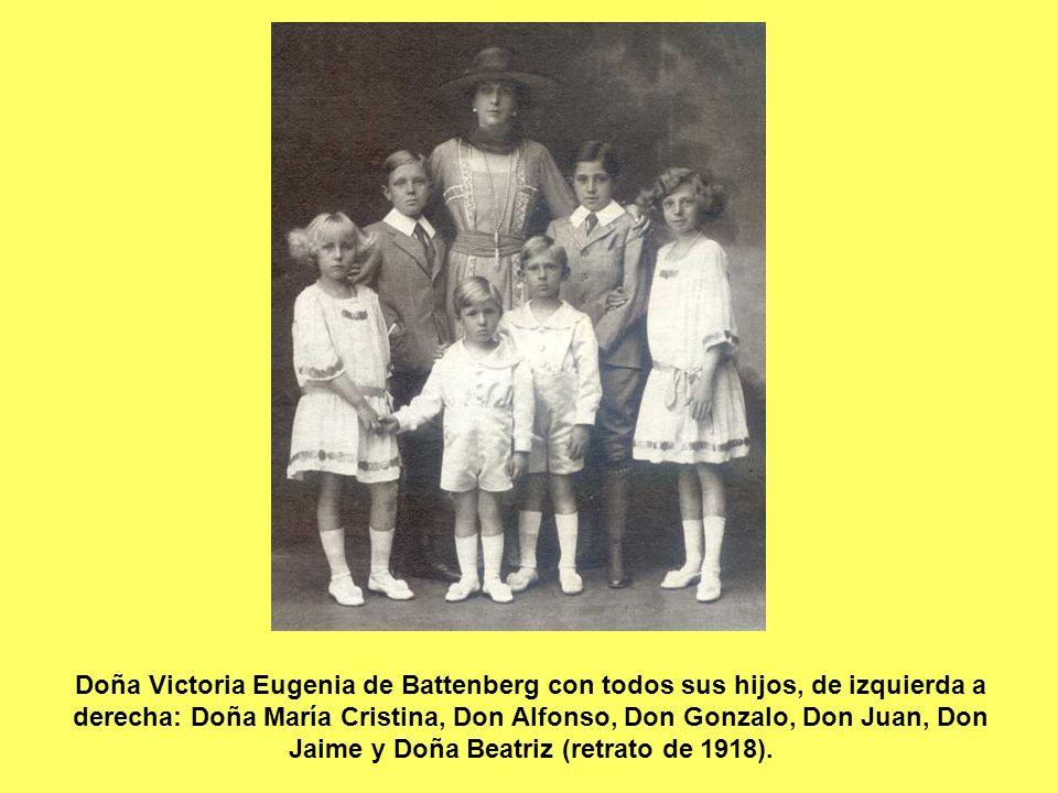 Doña Victoria Eugenia de Battenberg con todos sus hijos, de izquierda a derecha: Doña María Cristina, Don Alfonso, Don Gonzalo, Don Juan, Don Jaime y Doña Beatriz (retrato de 1918).