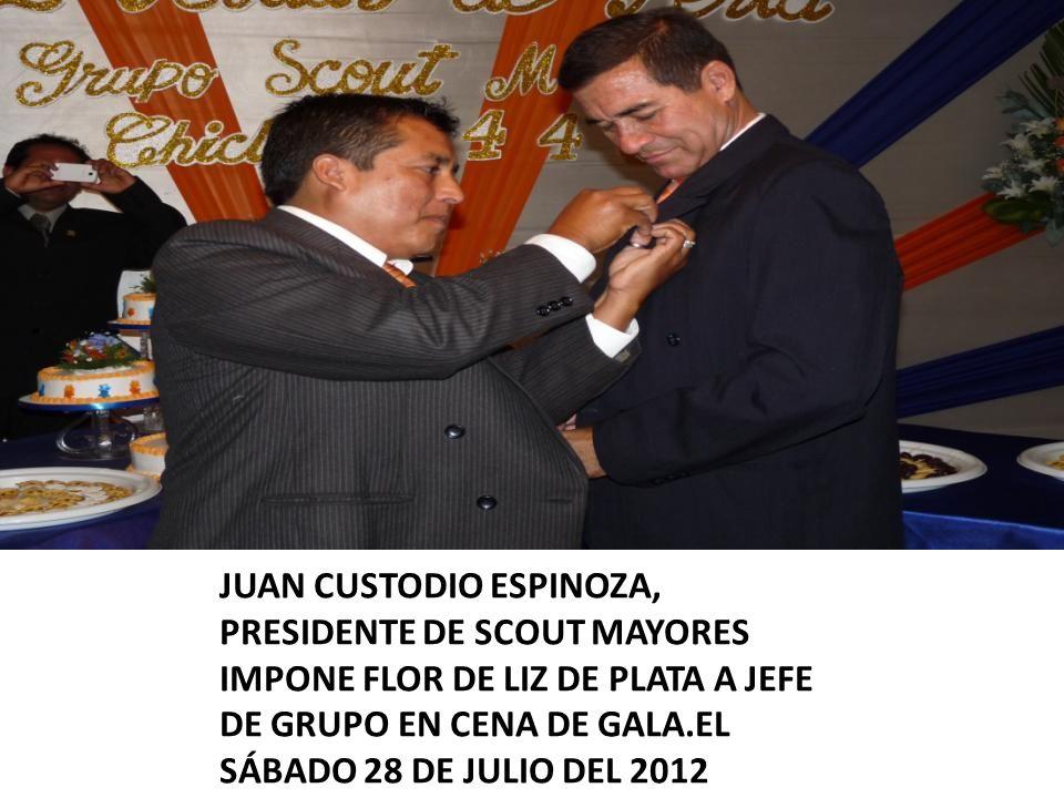 JUAN CUSTODIO ESPINOZA, PRESIDENTE DE SCOUT MAYORES IMPONE FLOR DE LIZ DE PLATA A JEFE DE GRUPO EN CENA DE GALA.EL SÁBADO 28 DE JULIO DEL 2012