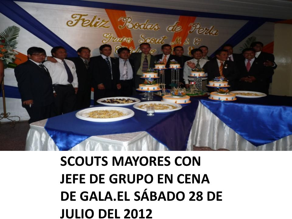 SCOUTS MAYORES CON JEFE DE GRUPO EN CENA DE GALA