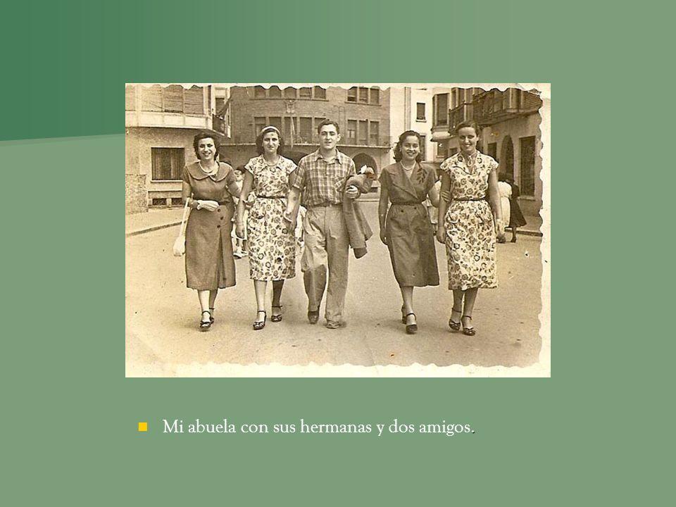 Mi abuela con sus hermanas y dos amigos.