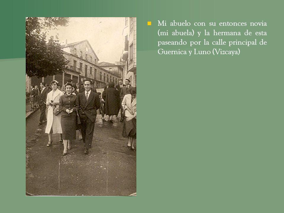 Mi abuelo con su entonces novia (mi abuela) y la hermana de esta paseando por la calle principal de Guernica y Luno (Vizcaya)