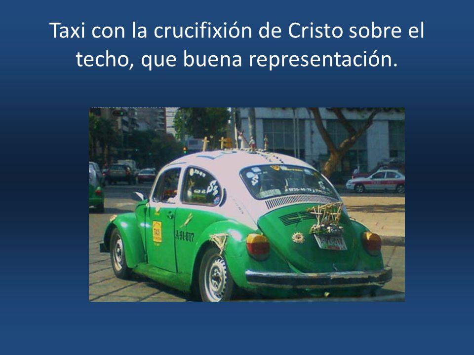 Taxi con la crucifixión de Cristo sobre el techo, que buena representación.