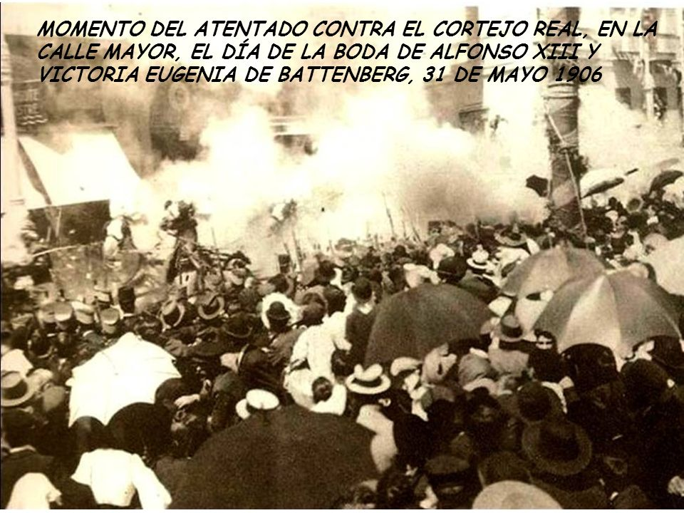 MOMENTO DEL ATENTADO CONTRA EL CORTEJO REAL, EN LA CALLE MAYOR, EL DÍA DE LA BODA DE ALFONSO XIII Y VICTORIA EUGENIA DE BATTENBERG, 31 DE MAYO 1906