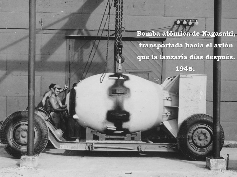 Bomba atómica de Nagasaki, transportada hacia el avión que la lanzaría días después. 1945.