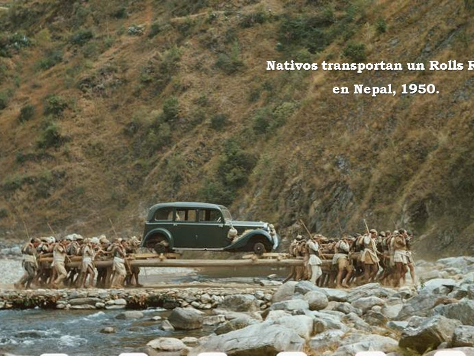 Nativos transportan un Rolls Royce en Nepal, 1950.