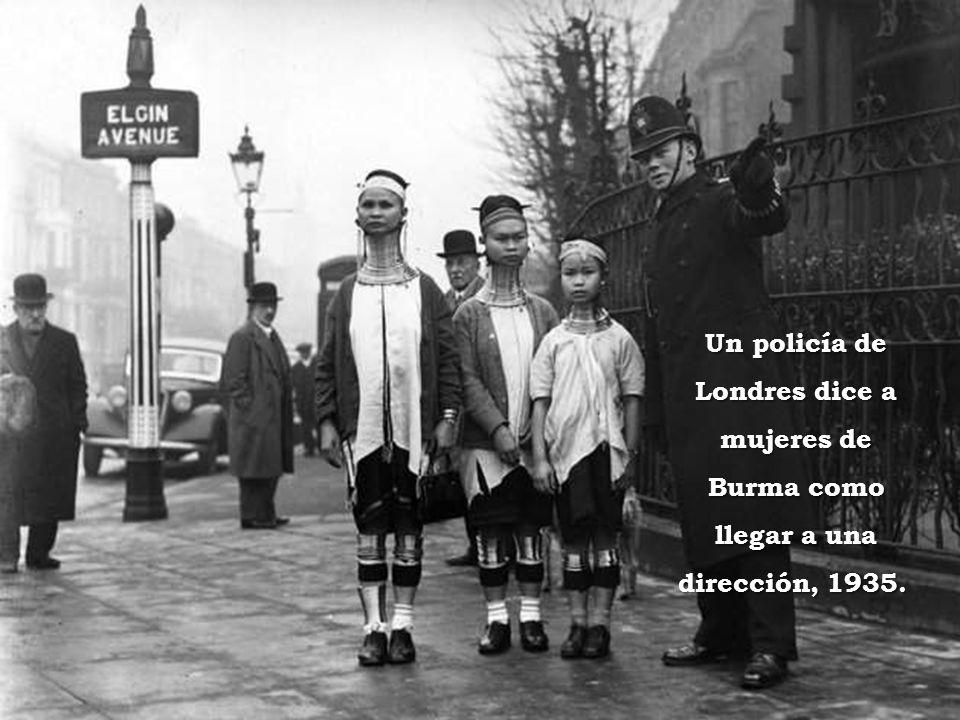Un policía de Londres dice a mujeres de Burma como llegar a una dirección, 1935.