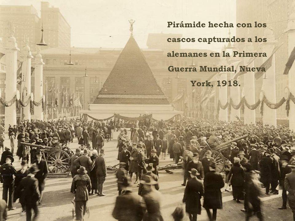 Pirámide hecha con los cascos capturados a los alemanes en la Primera Guerra Mundial, Nueva York, 1918.