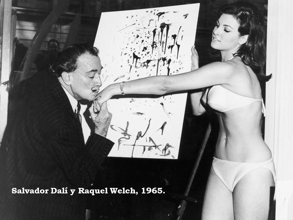 Salvador Dalí y Raquel Welch, 1965.
