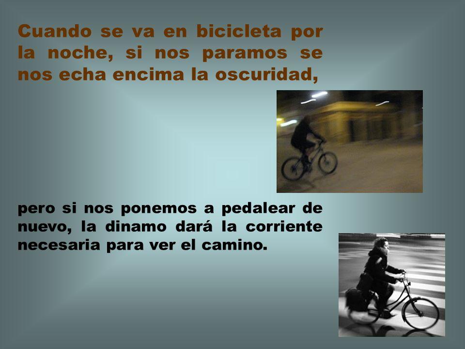 Cuando se va en bicicleta por la noche, si nos paramos se nos echa encima la oscuridad,