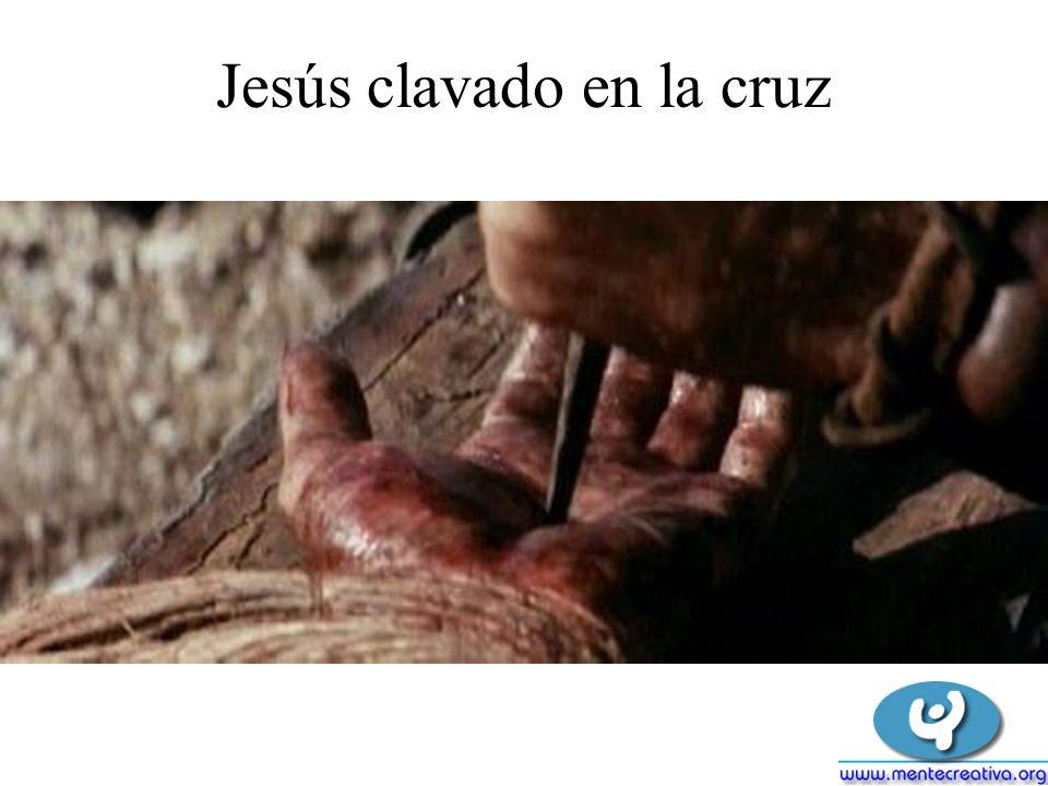 Jesús clavado en la cruz