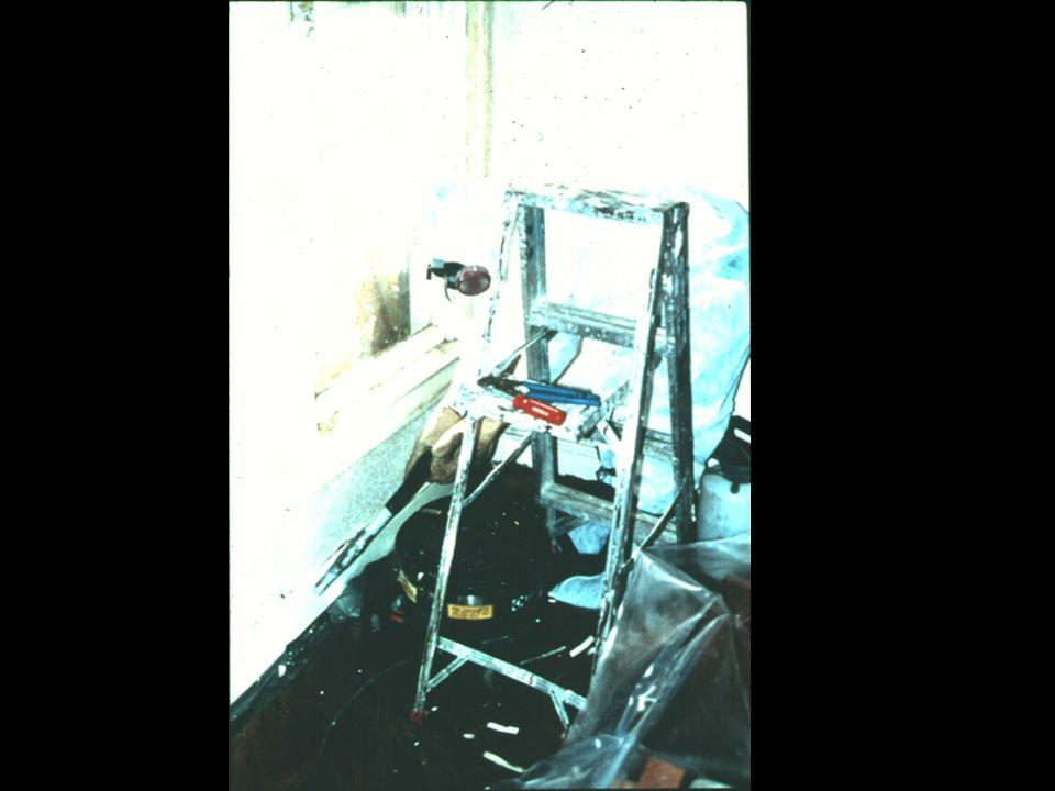 Diapositiva 25. Trabajador usando un aspirador HEPA en un piso y en un zócalo.