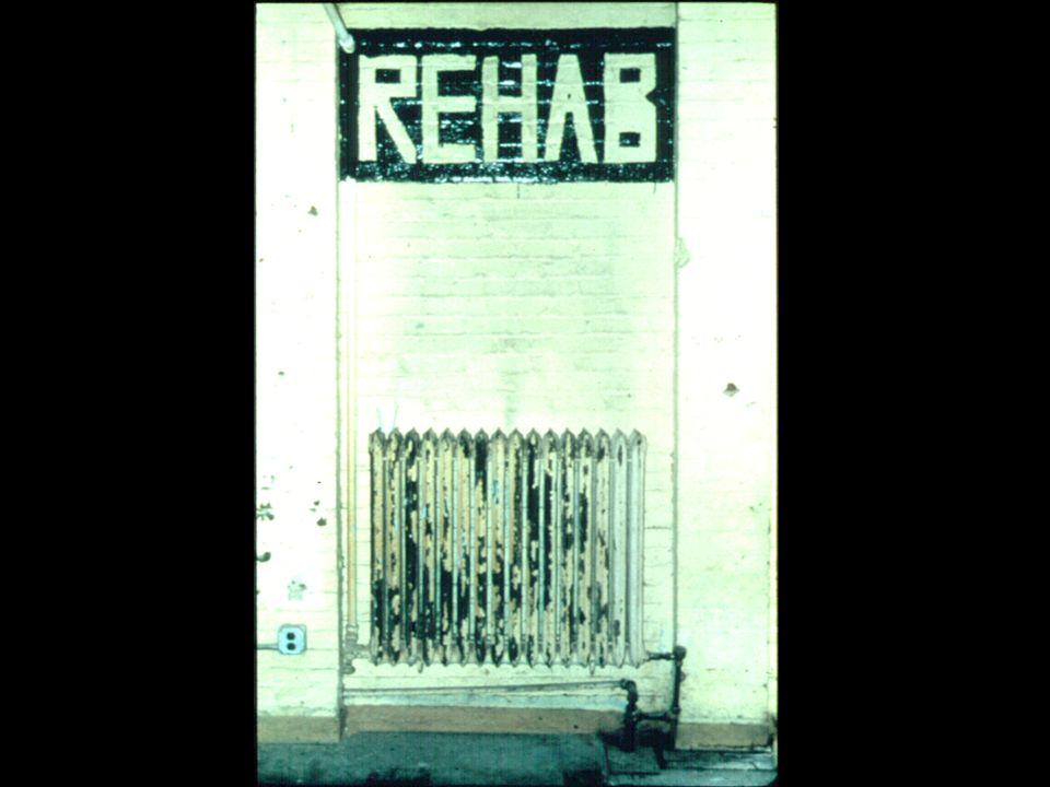 Diapositiva 9. Radiador con rótulo REHAB escrito en la pared encima de él.