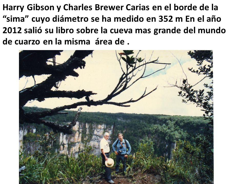 Harry Gibson y Charles Brewer Carias en el borde de la sima cuyo diámetro se ha medido en 352 m En el año 2012 salió su libro sobre la cueva mas grande del mundo de cuarzo en la misma área de .