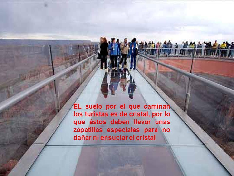 EL suelo por el que caminan los turistas es de cristal, por lo que éstos deben llevar unas zapatillas especiales para no dañar ni ensuciar el cristal