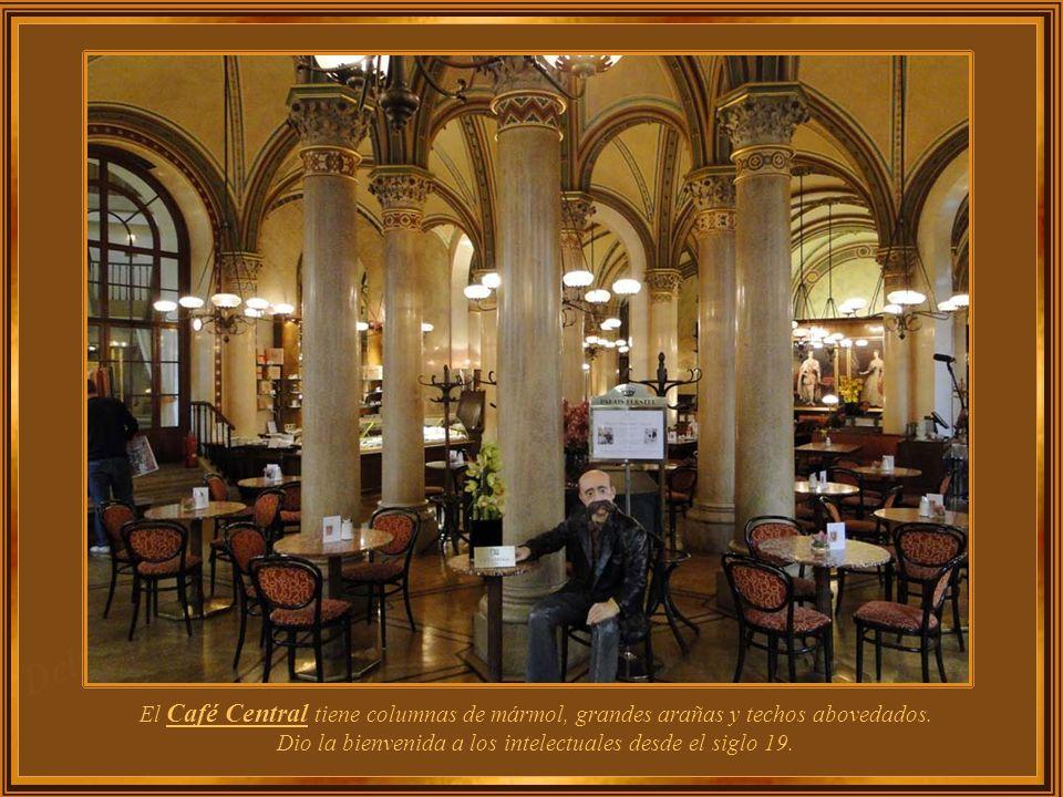 El Café Central tiene columnas de mármol, grandes arañas y techos abovedados.