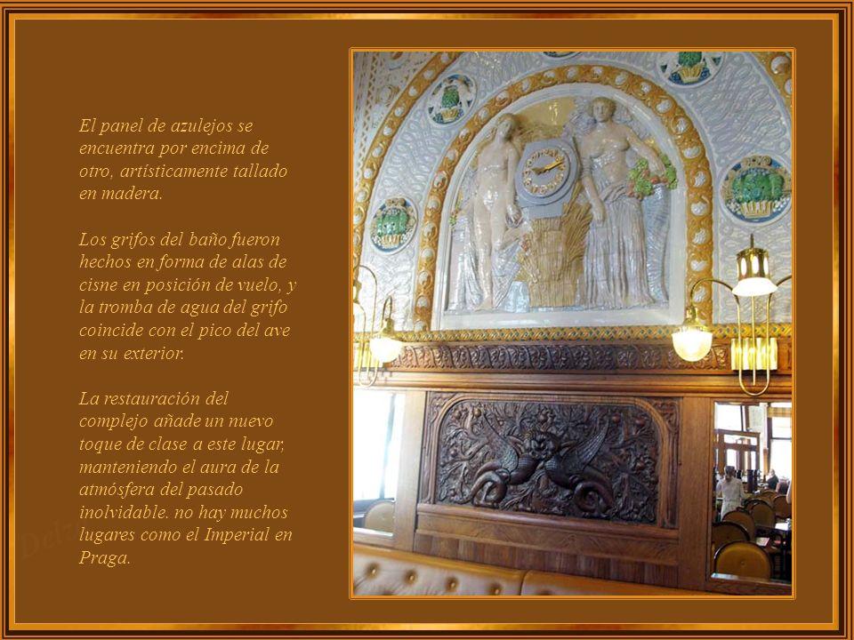 El panel de azulejos se encuentra por encima de otro, artísticamente tallado en madera.
