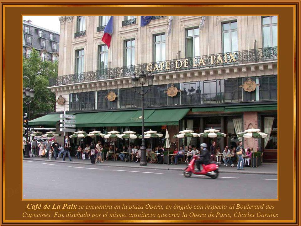 Café de La Paix se encuentra en la plaza Opera, en ángulo con respecto al Boulevard des Capucines.