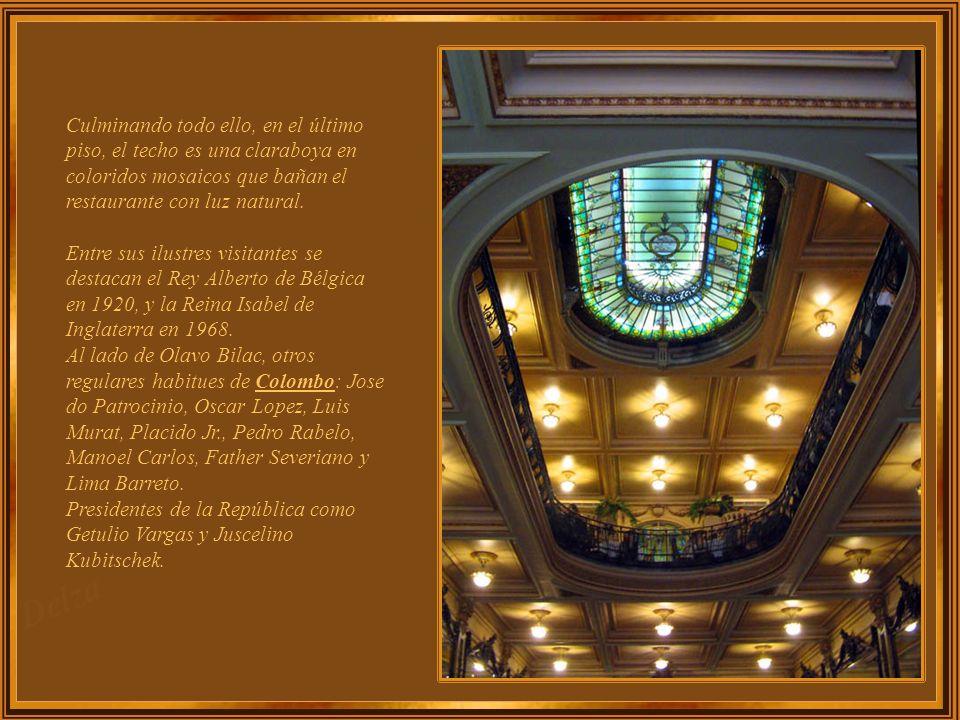 Culminando todo ello, en el último piso, el techo es una claraboya en coloridos mosaicos que bañan el restaurante con luz natural.