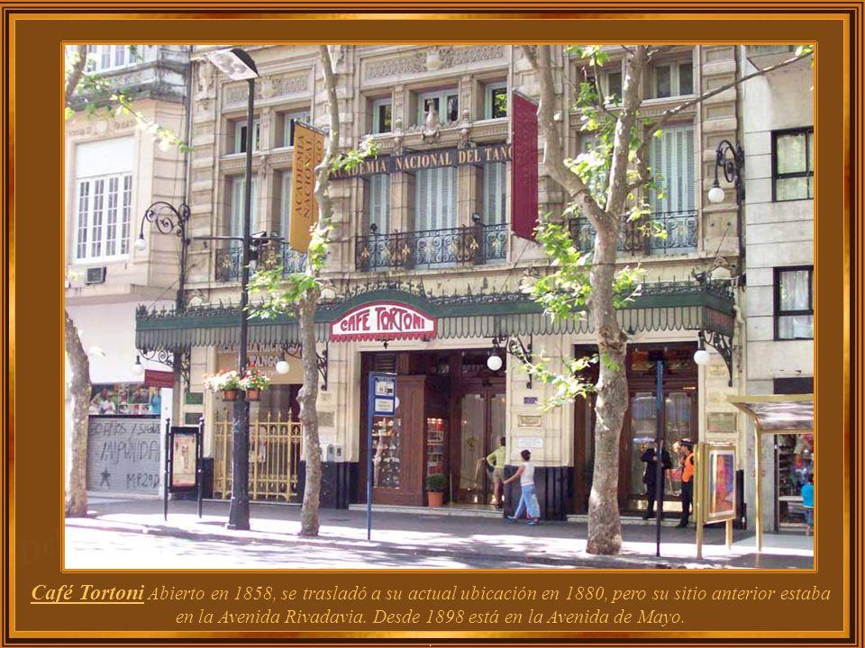 Café Tortoni Abierto en 1858, se trasladó a su actual ubicación en 1880, pero su sitio anterior estaba en la Avenida Rivadavia. Desde 1898 está en la Avenida de Mayo.