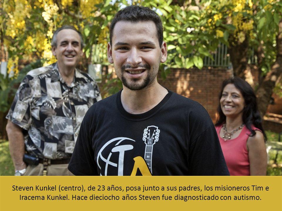 Steven Kunkel (centro), de 23 años, posa junto a sus padres, los misioneros Tim e Iracema Kunkel.