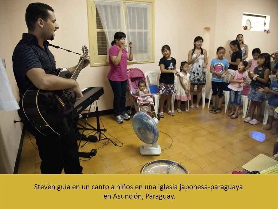 Steven guía en un canto a niños en una iglesia japonesa-paraguaya