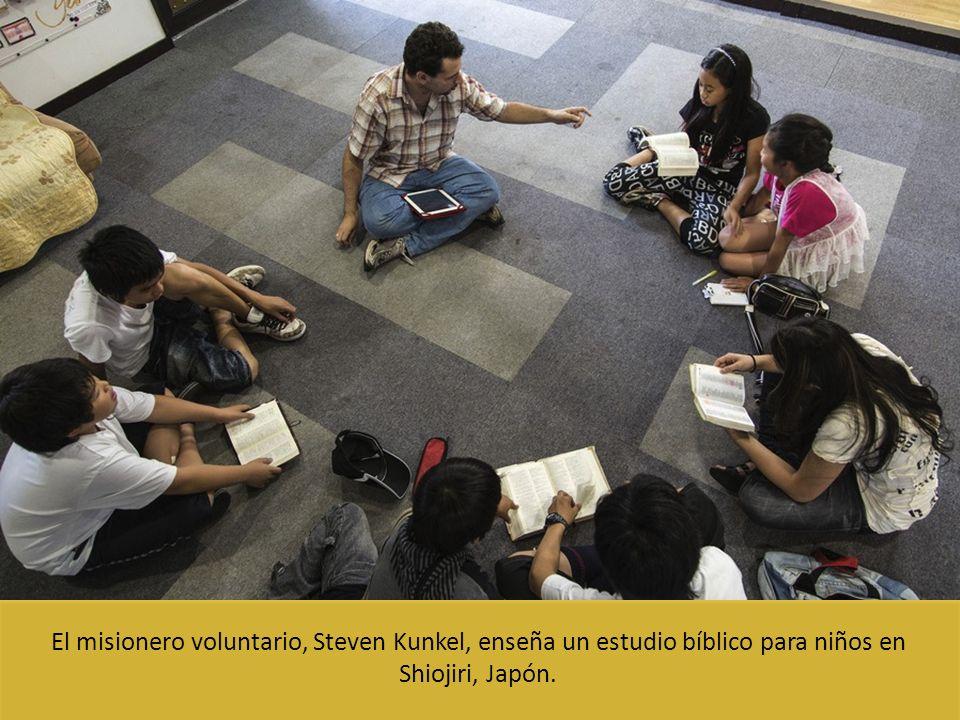 El misionero voluntario, Steven Kunkel, enseña un estudio bíblico para niños en Shiojiri, Japón.