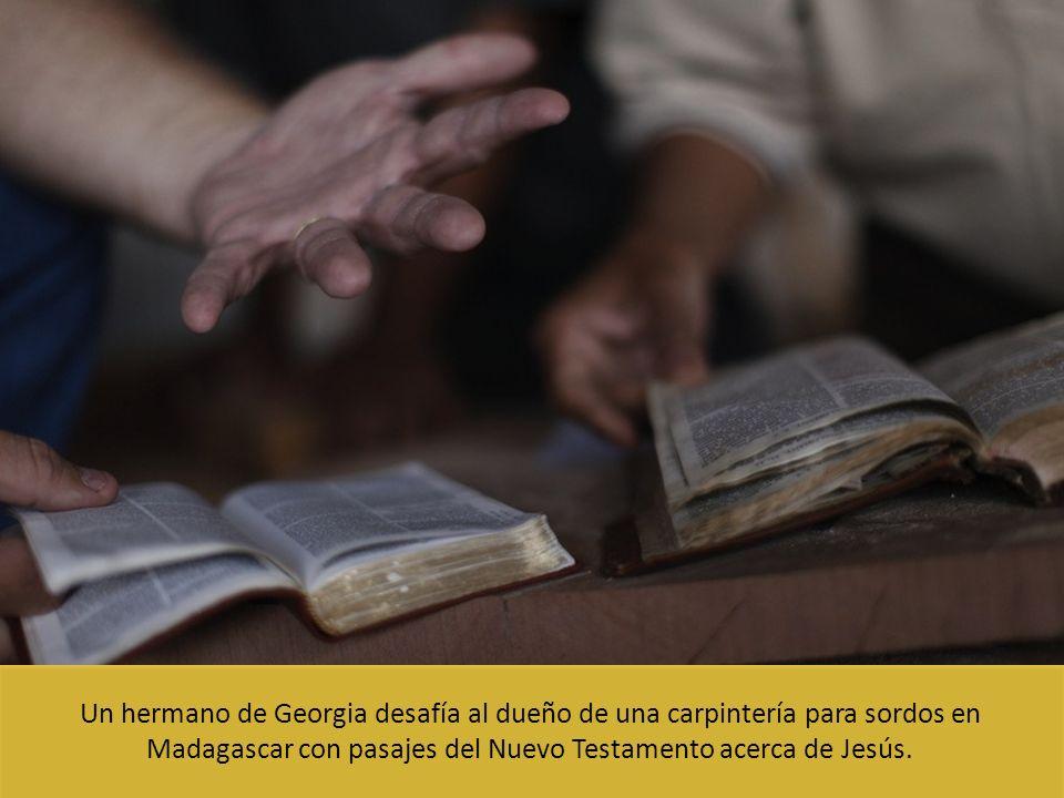 Un hermano de Georgia desafía al dueño de una carpintería para sordos en Madagascar con pasajes del Nuevo Testamento acerca de Jesús.