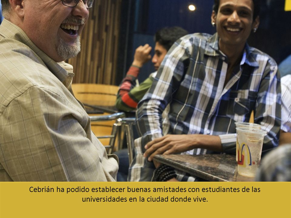 Cebrián ha podido establecer buenas amistades con estudiantes de las universidades en la ciudad donde vive.