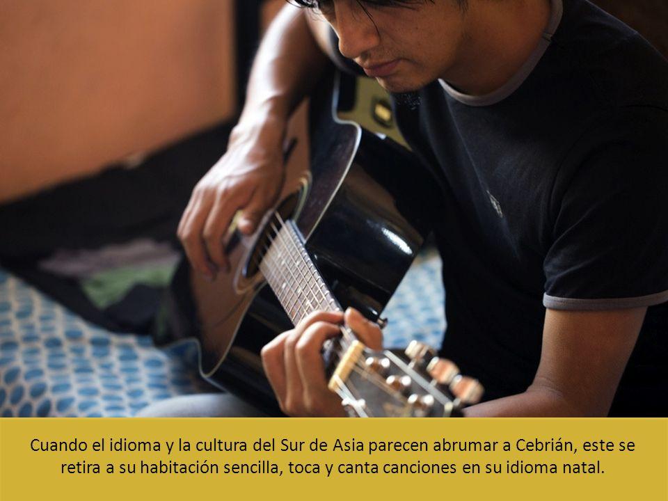 Cuando el idioma y la cultura del Sur de Asia parecen abrumar a Cebrián, este se retira a su habitación sencilla, toca y canta canciones en su idioma natal.