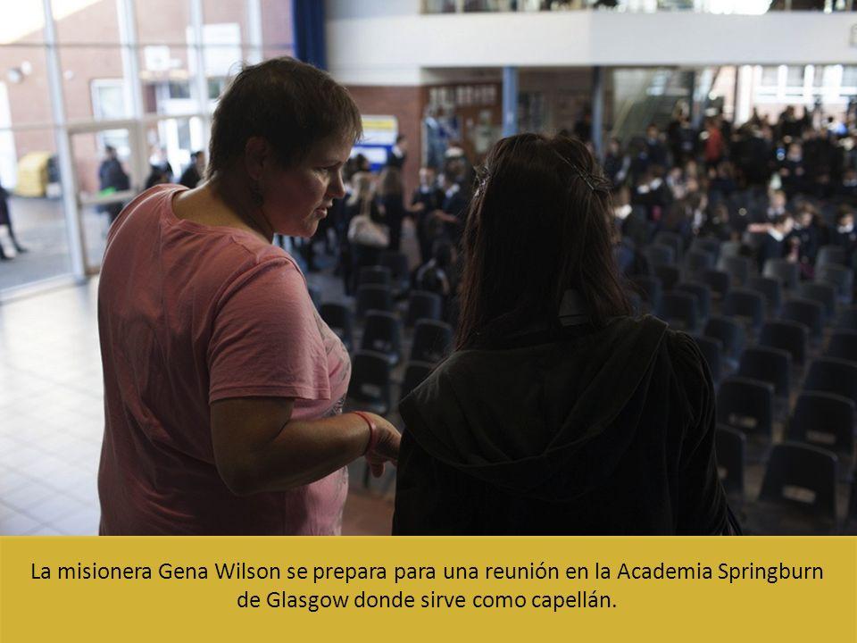 La misionera Gena Wilson se prepara para una reunión en la Academia Springburn de Glasgow donde sirve como capellán.