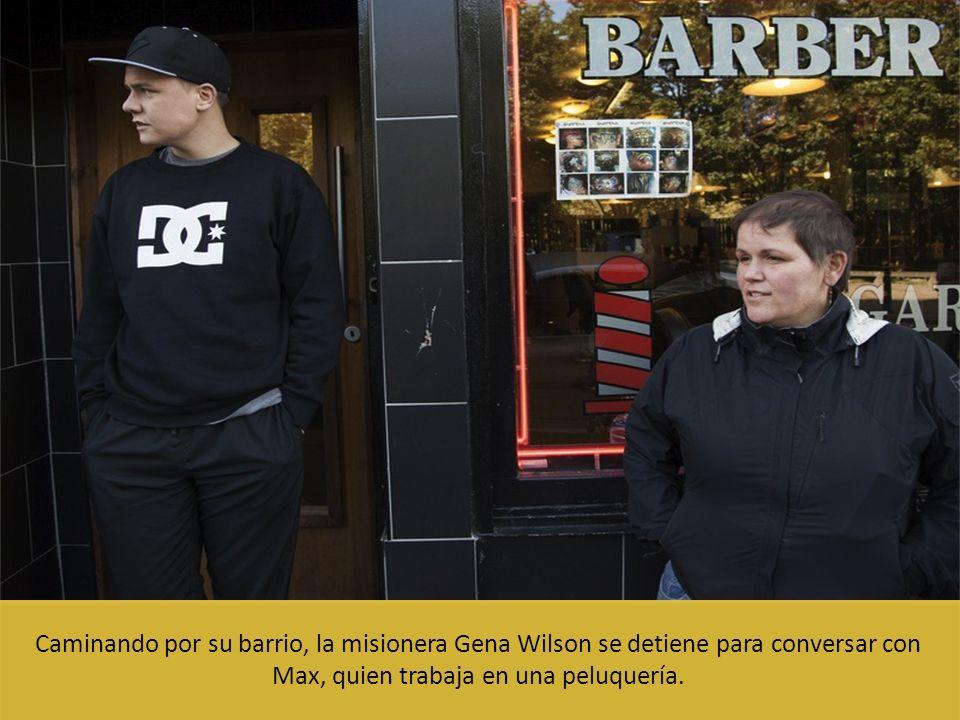 Caminando por su barrio, la misionera Gena Wilson se detiene para conversar con Max, quien trabaja en una peluquería.