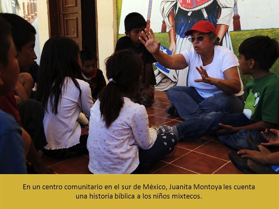 una historia bíblica a los niños mixtecos.