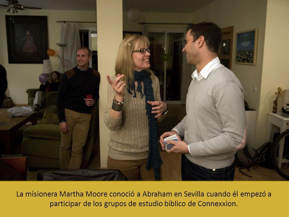 La misionera Martha Moore conoció a Abraham en Sevilla cuando él empezó a participar de los grupos de estudio bíblico de Connexxion.