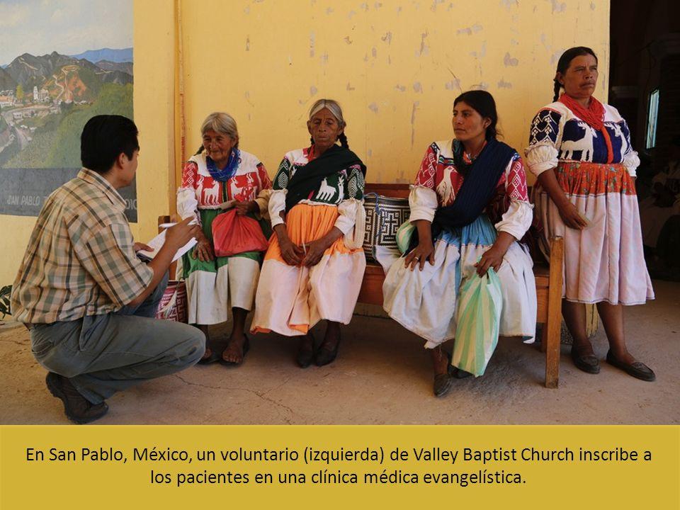 En San Pablo, México, un voluntario (izquierda) de Valley Baptist Church inscribe a los pacientes en una clínica médica evangelística.
