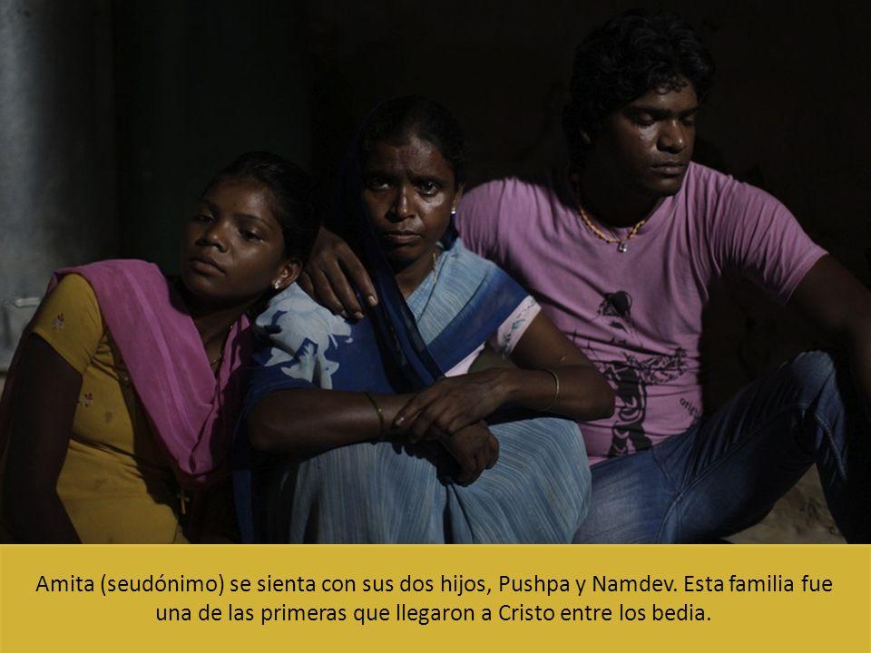 Amita (seudónimo) se sienta con sus dos hijos, Pushpa y Namdev