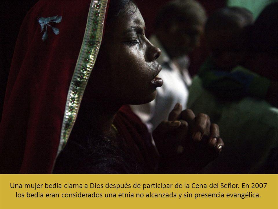 Una mujer bedia clama a Dios después de participar de la Cena del Señor.