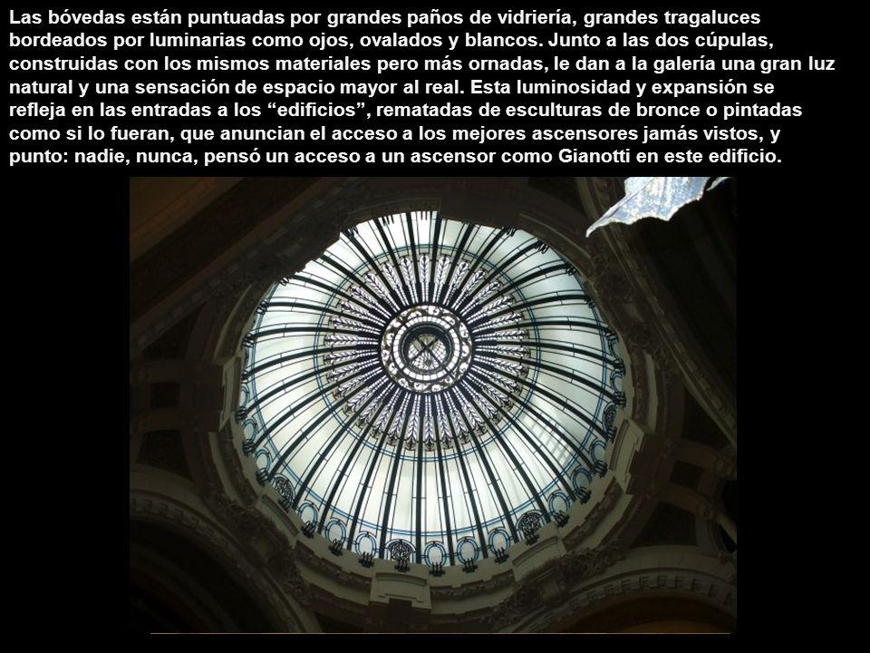 Las bóvedas están puntuadas por grandes paños de vidriería, grandes tragaluces bordeados por luminarias como ojos, ovalados y blancos.