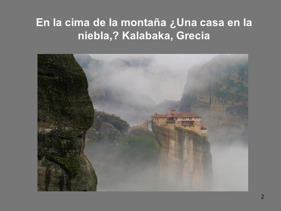 En la cima de la montaña ¿Una casa en la niebla, Kalabaka, Grecia