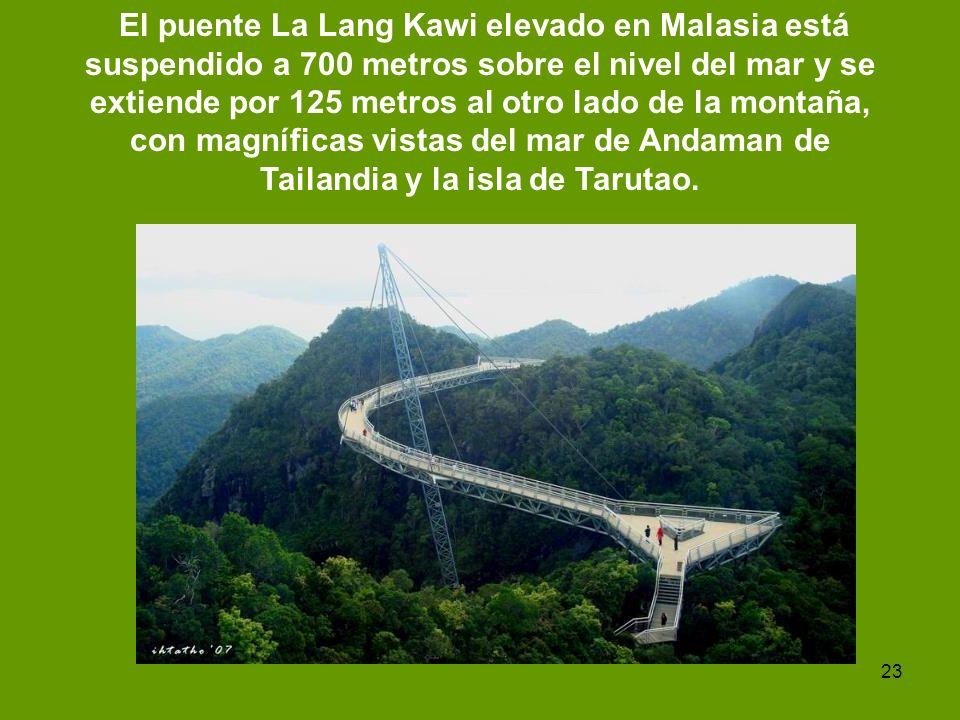 El puente La Lang Kawi elevado en Malasia está suspendido a 700 metros sobre el nivel del mar y se extiende por 125 metros al otro lado de la montaña, con magníficas vistas del mar de Andaman de Tailandia y la isla de Tarutao.