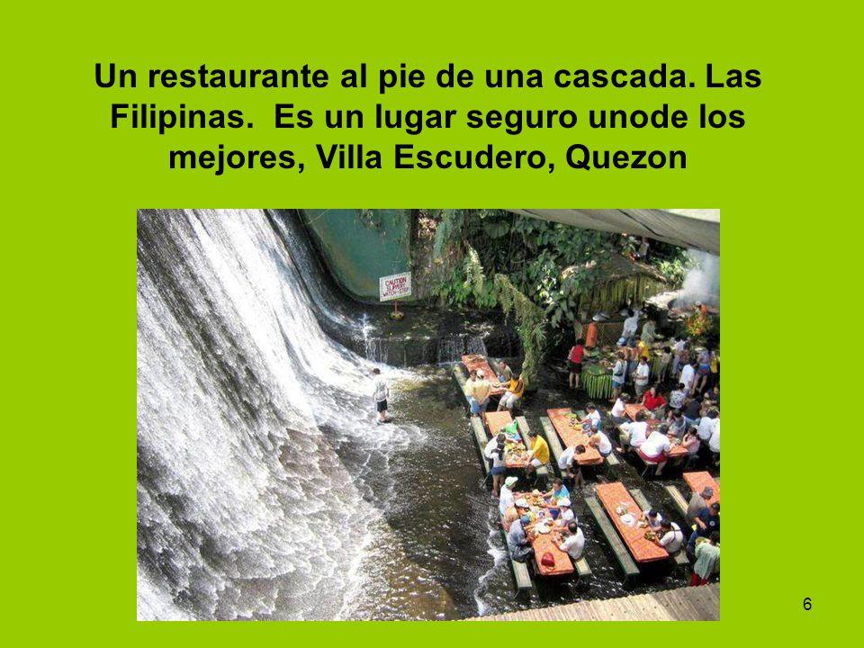 Un restaurante al pie de una cascada. Las Filipinas