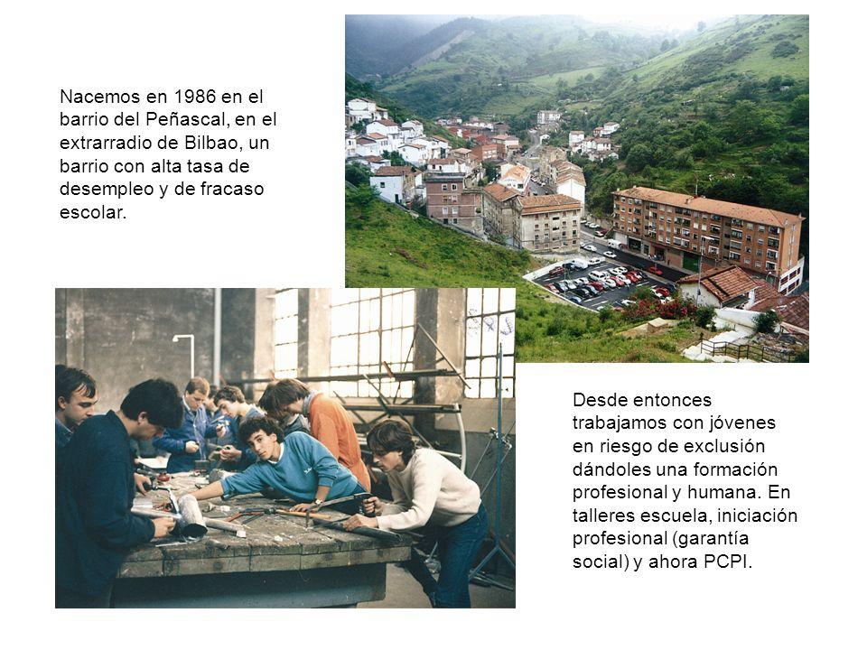 Nacemos en 1986 en el barrio del Peñascal, en el extrarradio de Bilbao, un barrio con alta tasa de desempleo y de fracaso escolar.