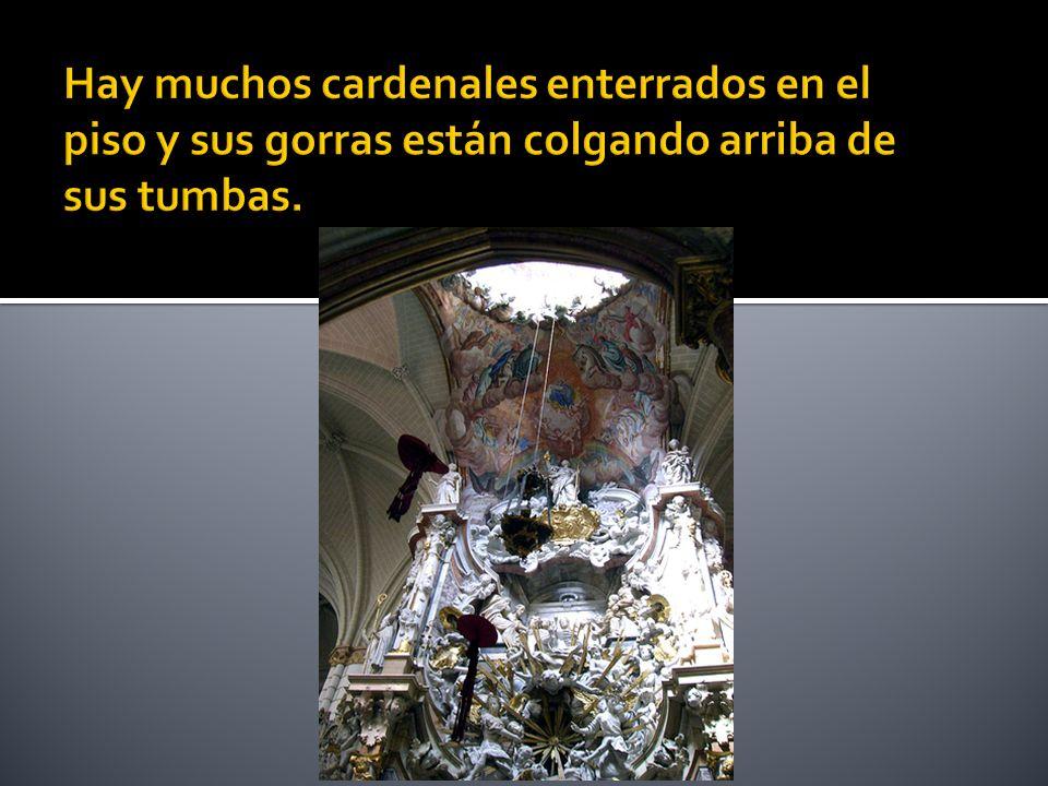 Hay muchos cardenales enterrados en el piso y sus gorras están colgando arriba de sus tumbas.