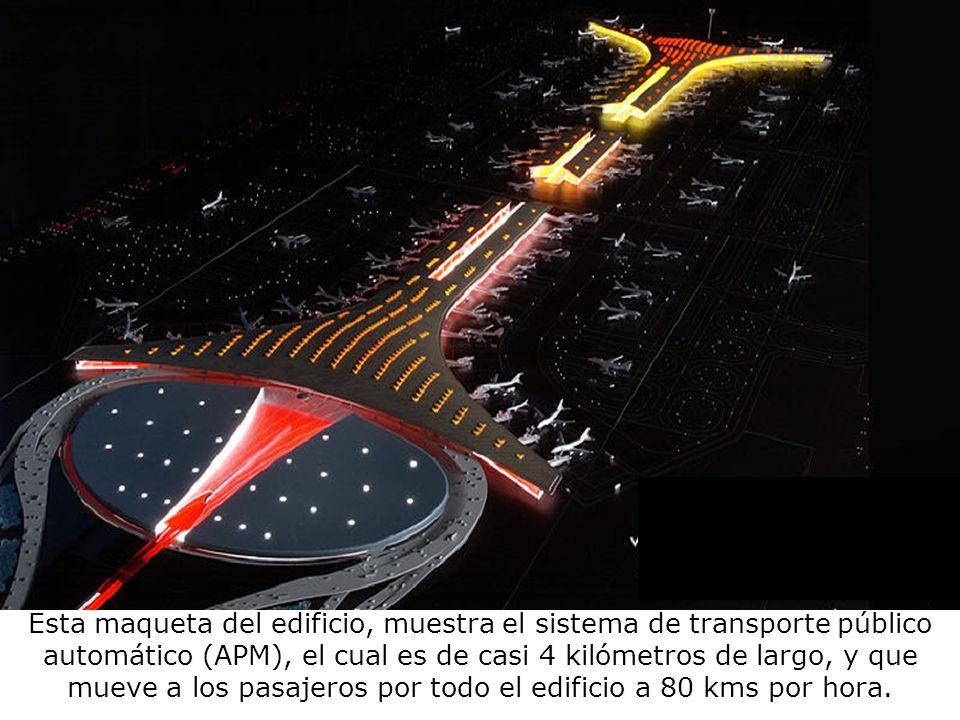 Esta maqueta del edificio, muestra el sistema de transporte público automático (APM), el cual es de casi 4 kilómetros de largo, y que mueve a los pasajeros por todo el edificio a 80 kms por hora.